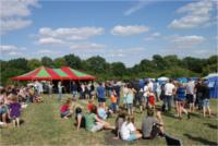 Gruppe von Menschen und Zelte im Hintergrund