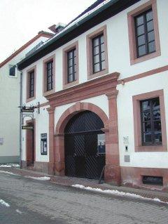 """Durch die günstige Lage an der neuen Straße entstanden zahlreiche Poststationen, Herbergen und Ausspannen, wie der ehemalige Fuhrmannsgasthof """"Rheinkreis"""" in Kaiserslautern, der heute das Theodor-Zink-Museum beherbergt."""