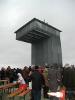 Der Turm, selbst 7,5 Meter hoch, steht in 400 metern Höhe und bietet eine weite Rundsicht über die Berge des Hessischen Kegelspiels.