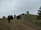 """Der neue Aussichtspunkt VIA REGIA auf dem mit Bodenaushub aufgeschütteten Hügel. Der Hügel soll nicht bepflanzt werden. Stattdessen ist das Ziel eine """"natürliche"""" Besiedlung durch Fauna und Flora zu ermöglichen."""