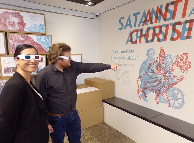 Die Unterschiede der katholischen und evangelischen Sicht auf Luther werden in der Ausstellung eindrucksvoll mithilfe von 3D-Brillen verdeutlicht. Bildrechte: Dolores Raßmann, Stiftung Lutherhaus Eisenach