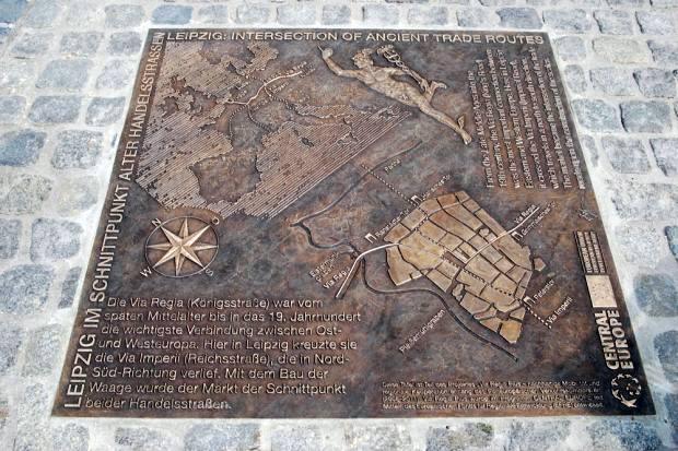 Die Tafel zeigt den Verlauf der Straßen durch Mitteleuropa und durch den spätmittelalterlichen Stadtgrundriss Leipzigs mit seinen Stadttoren und den angrenzenden Flüssen.
