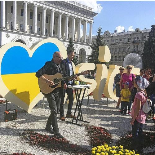 Der [Erfurter] Song-Poet Gerd Krambehr will im Vorfeld des Finals am 13. Mai erneut auf die Sinnlosigkeit der Auseinandersetzung zwischen Russland und der Ukraine hinweisen. Zu diesem Zweck gab er am Sonntag auf dem Maidan, dem zentralen Platz von Kiew, ein spontanes Minikonzert.
