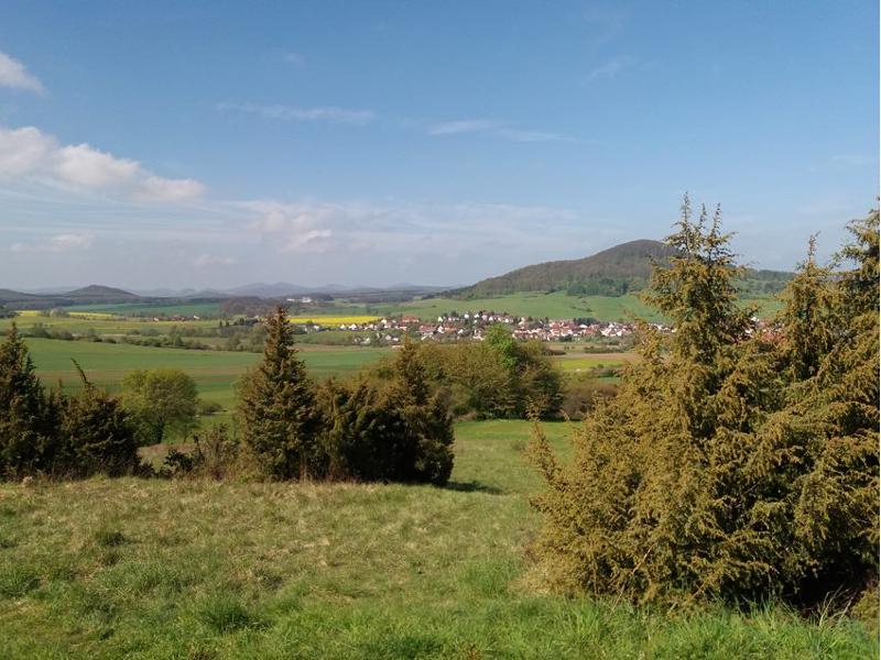 Vom Öchsen hat man einen herrlichen Blick in das Thüringer Becken. Hier oben gab es eine keltische Höhenburg zur Sicherung des Weges vom Rhein-Main-Gebiet in das Thüringer Becken., der späteren VIA REGIA.