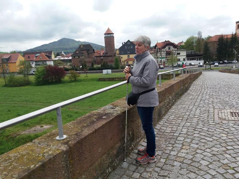 Die Brücke der Einheit ist seit jeher ein wichtiger Übergang der VIA REGIA über die Werra. Die kleine Stadt Vacha wird durch die Burg Wendelstein (links) dominiert, in der am Abend der Vortrag über die Kelten stattfand.