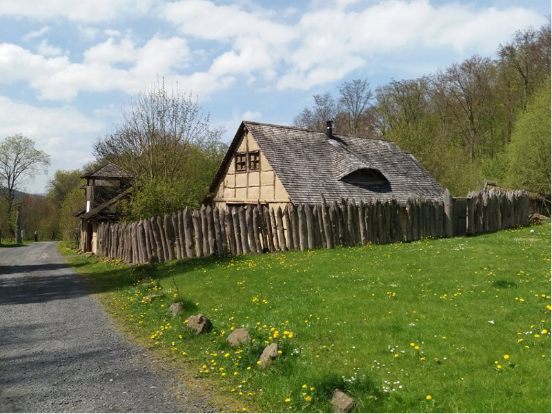 Seit 2004 entstand das historisch nachempfundene Keltendorf am Berg Öchsen und umfasst ein Torhaus mit Wehrturm und Holzpalisaden, ein Langhaus mit Sanitärbereich, Handwerkerhäuser und Wohnhäuser sowie eine überdachte Feuerstätte.