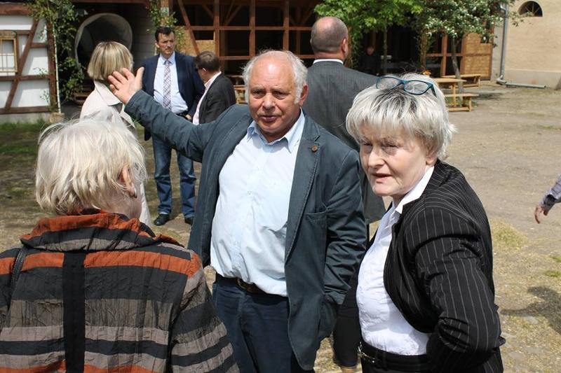 Wolf-Dieter Schmidt führt die Teilnehmer der Tagung durch die Wolkser Höfe. Hier im Bild mit Martina Brandt (rechts), Vorsitzende des Via Regia Begegnungsraum Landesverband Sachsen e.V., der die Tagung ausgerichtet hatte.