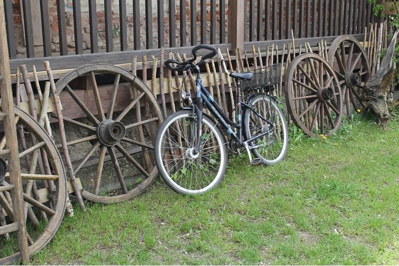 Alte Räder, neue Räder in den Wolkser Höfen