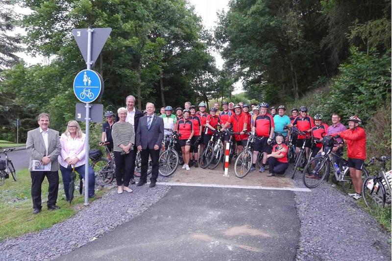 Bürgermeister Stefan Gensler gab den Streckenabschnitt im Beisein von Vertretern der Gemeindegremien, des Planungsbüros und der Baufirma sowie des ADFC-Kreisverbandes Hersfeld-Rotenburg/Schwalm-Eder und der Tourenradler des RV Landeck nun auch offiziell für den Verkehr frei.