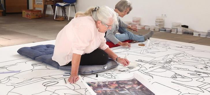 Ria Noll (vorne), die künstlerische Leiterin der Früchteteppich-Gruppe