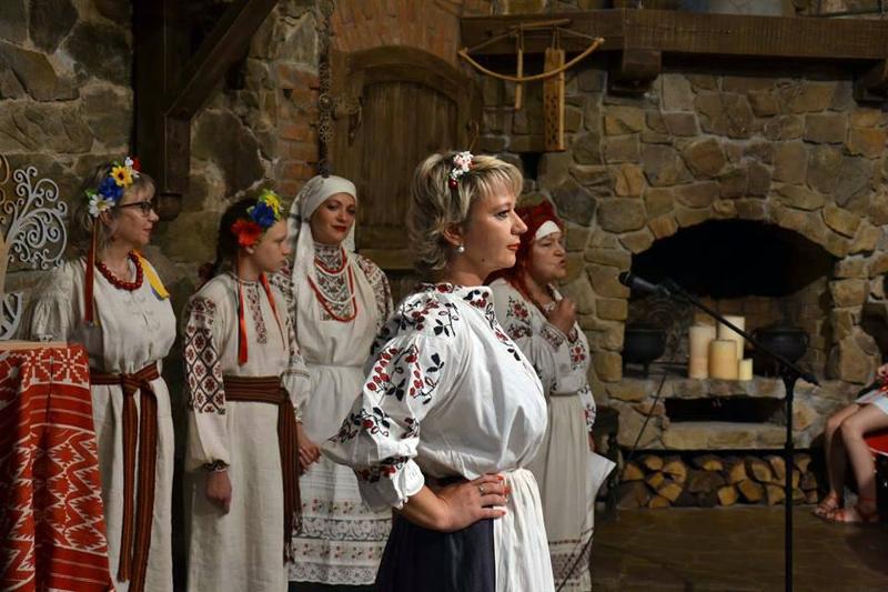 """Das II Festival """"Aristokratische Ukraine"""" präsentierte im Schloss Radomysl (Ukraine) vor einigen Tagen Designermode und ukrainische Volkstrachten."""