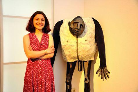 Fidan Akhundova mit einer Arbeit, die zu Beginn der Ausstellung Granatapfel und Feuerberg in Kleinsassen entstanden ist.