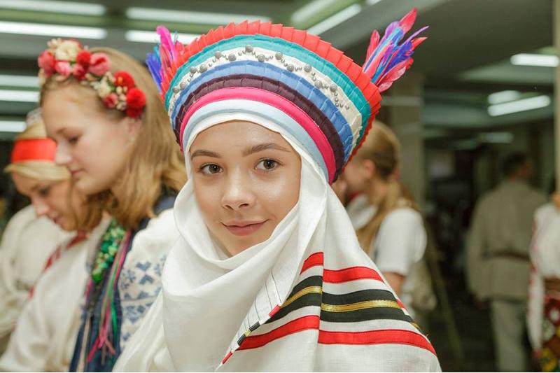 Wie haben sich die Vorfahren in den Städten und Dörfern der Ukraine zu verschiedenen Zeiten gekleidet? Das haben die Besucher und Besucherinen zum Festival erfahren.