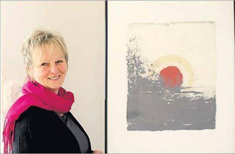 """Monika Trautwein neben ihrem Bild """"Help this world"""""""