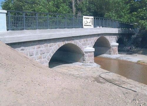 architektonisch schöne Bogenbrücke