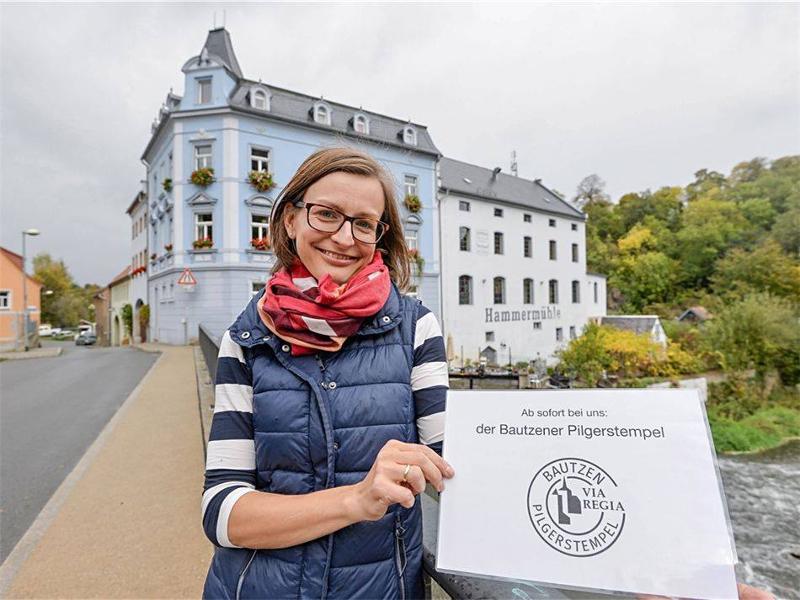 In der Seidau erhalten Wallfahrer jetzt einen Stempel. Den verteilt Denise Hierl im Hofladen der Bautzener Hammermühle.