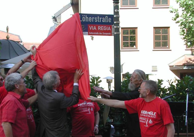 """Am 29.August 2009 wurde auf Initiative der Fuldaer """"Interessengemeinschaft Löherstraße handelt"""" zum ersten Male ein Wegeverlauf der historischen VIA REGIA als """"Kulturstraße des Europarates"""" ausgeschildert."""