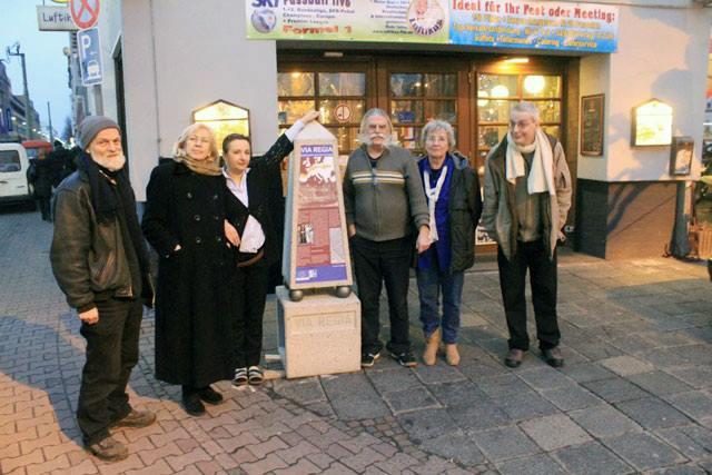 """Am 28. Februar 2013 wurde auf dem Gelände der Gaststätte """"Luftikus"""" gegenüber der Galluswarte in Frankfurt am Main der erste VIA REGIA-Meilenstein aufgestellt."""