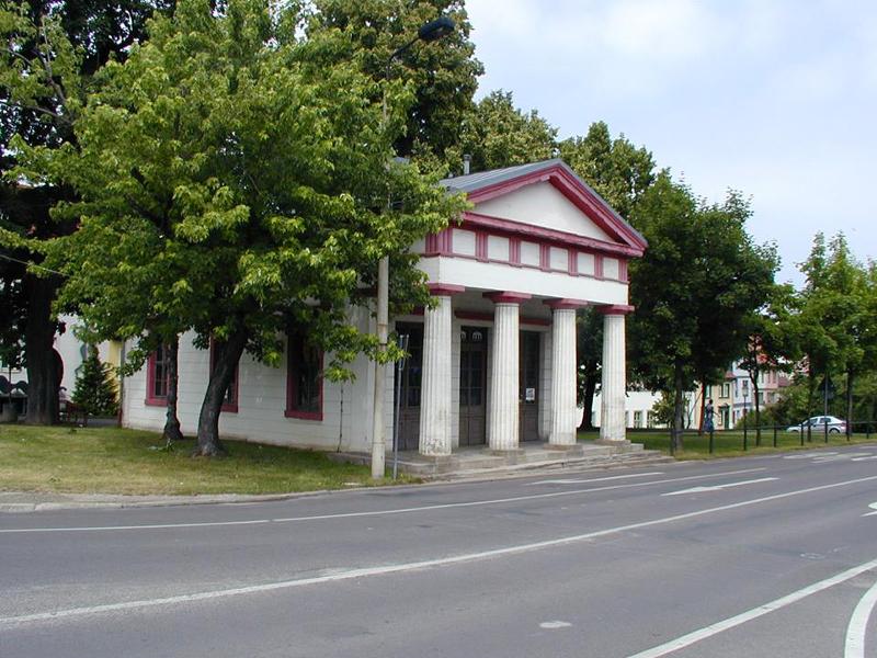 Das Salztor sind zwei gegenüber liegende Torhäuser [Chausseegeldstellen] zur Altstadt von Naumburg aus den Jahren 1834/35 . Die Torhäuser werden heute als Bibliothek und Veranstaltungsräume genutzt.