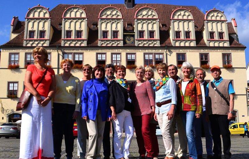 Mitglieder des Gästeführervereins Naumburg/ Saale vor dem Naumburger Rathaus