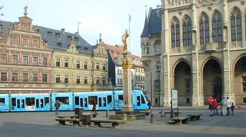 Am Fischmarkt in Erfurt kreuzten sich bereits im Mittelalter die großen Handelswege VIA REGIA und Nürnberger Geleitstraße. Er gilt als historischer Mittelpunkt der Stadt.