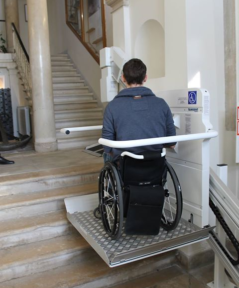 Person mit Rollstuhl auf ein Fahrstuhl