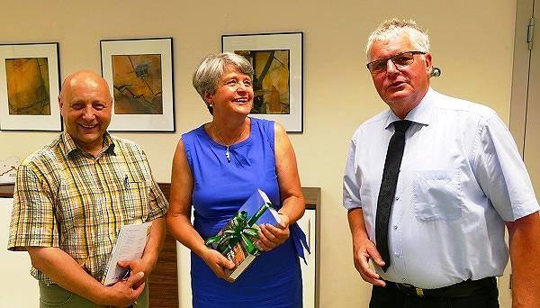 Landrat Bernd Lange [rechts] empfing die Künstlerin am 24. Juli und dankte für ihr kulturelles Engagement.