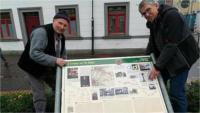 Franz-Josef Heuser (rechts) und Toni Tümmers (links) haben die neue Via-Regia-Tafel nun in Haaren aufgestellt.