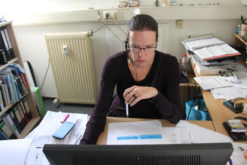 Carolin Fischer am Schreibtisch