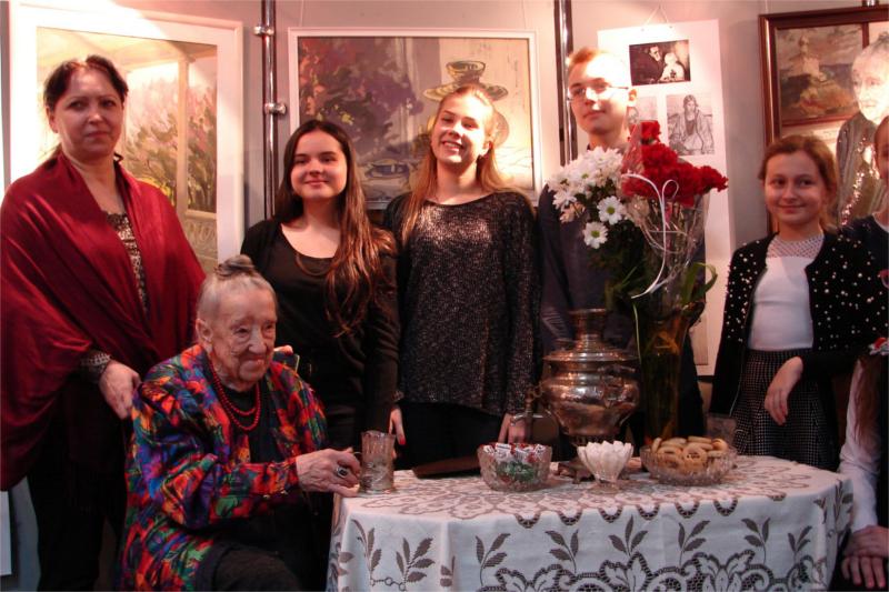 Nadija Kosmiadi, eine Tochter von Georg Kosmiadi, in Rivne (im Foto links sitzend)