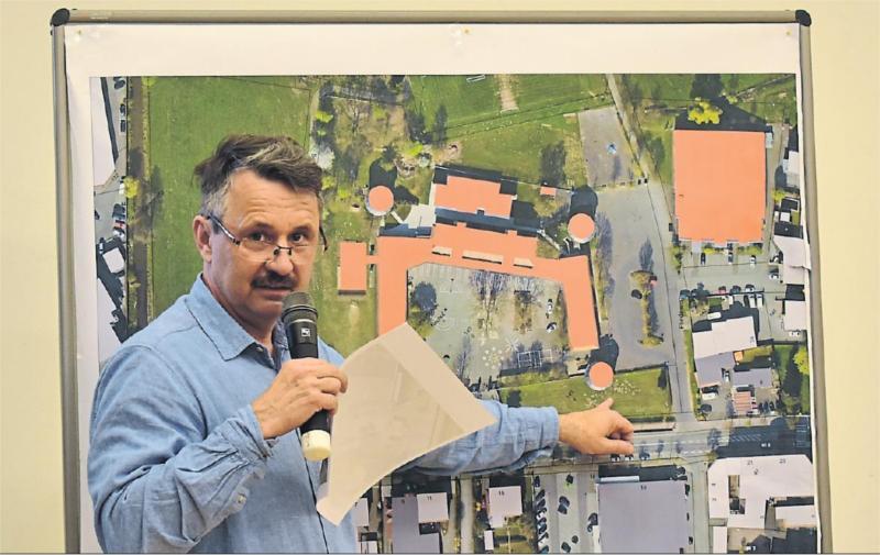 Hauptamtsleiter Ulrich Möller erläuterte, welche Flächen in der und um die Schloss-Schule am ausgebauten Zollweg für die Veranstaltung genutzt werden.