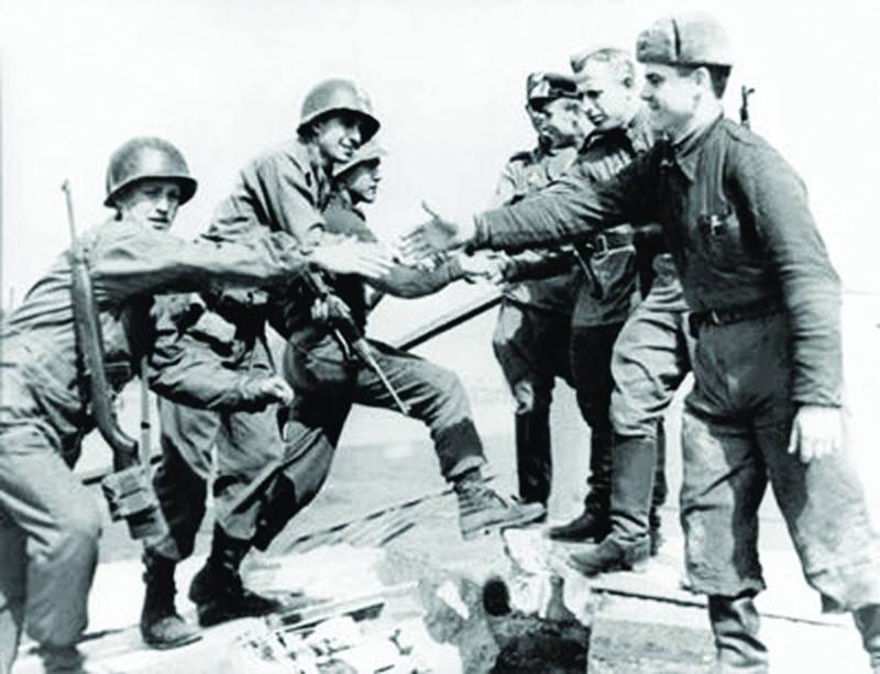 Das Foto vom Handschlag amerikanischer und sowjetischer Soldaten am 25. April 1945 auf der Elbbrücke in Torgau ging um die Welt.