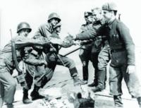"""Das Foto vom Handschlag amerikanischer und sowjetischer Soldaten am 25. April 1945 auf der Elbbrücke in Torgau ging um die Welt."""""""