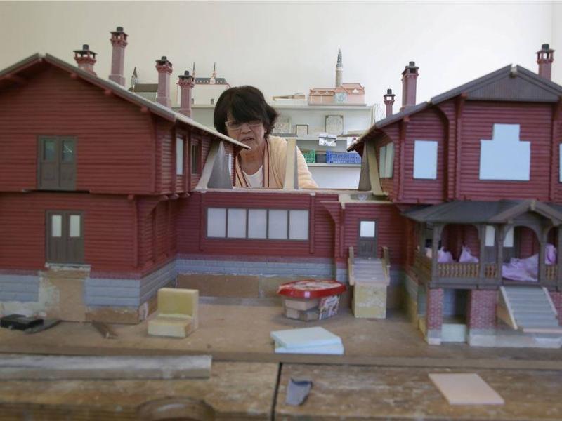 Der VIA REGIA-Architekturmodellbau und der Kunstverein laden für Sonntag zum Museumstag ein. Auch die Werkstatt kann besichtigt werden, wo hier Margitta Rosemeyer am Modell des Jagdschlosses von Rominten arbeitet.