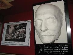 Посмертна маска генерала Мирона Тарнавського в експозиції Бродівського історико-краєзнавчого музею